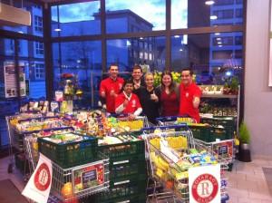 Rotaracter sammeln Lebensmittel für einen guten Zweck in Frankfurt